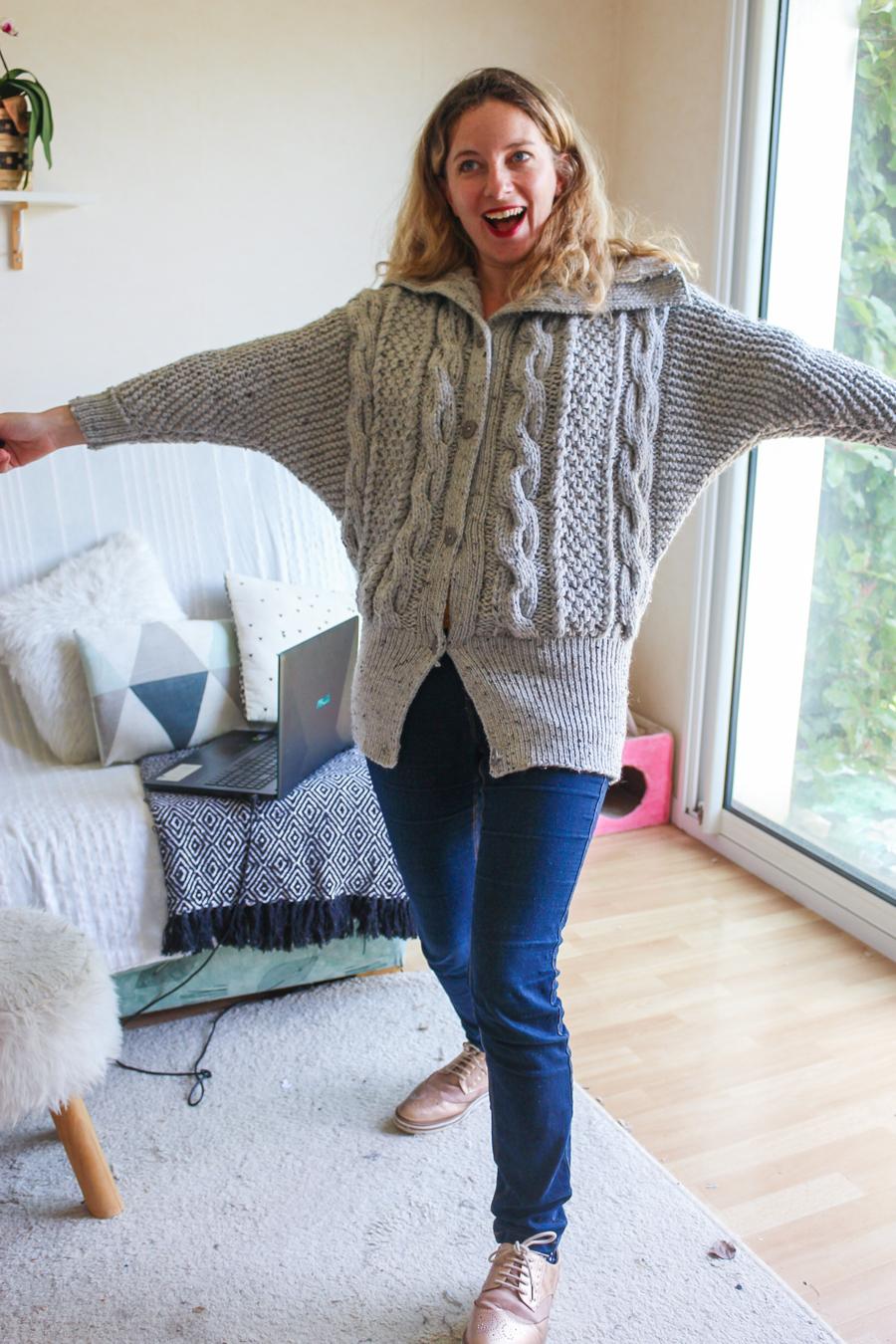 Gilet gris chiné tricoté par mamzellessaye. Modèle de chez cheval blanc.