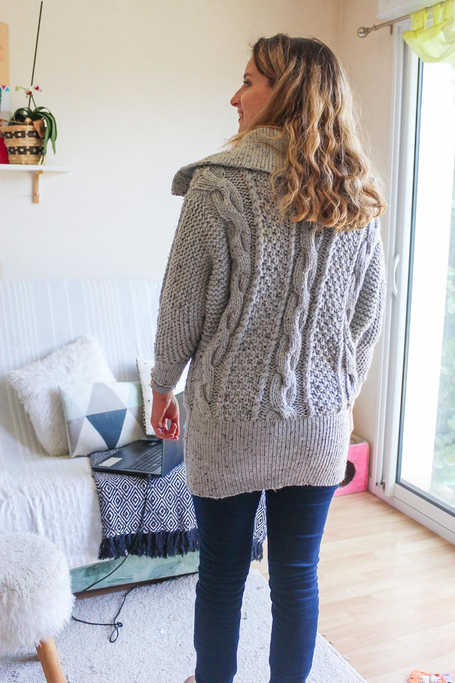 Dos du gilet gris chiné tricoté par mamzellessaye. Modèle de chez cheval blanc.