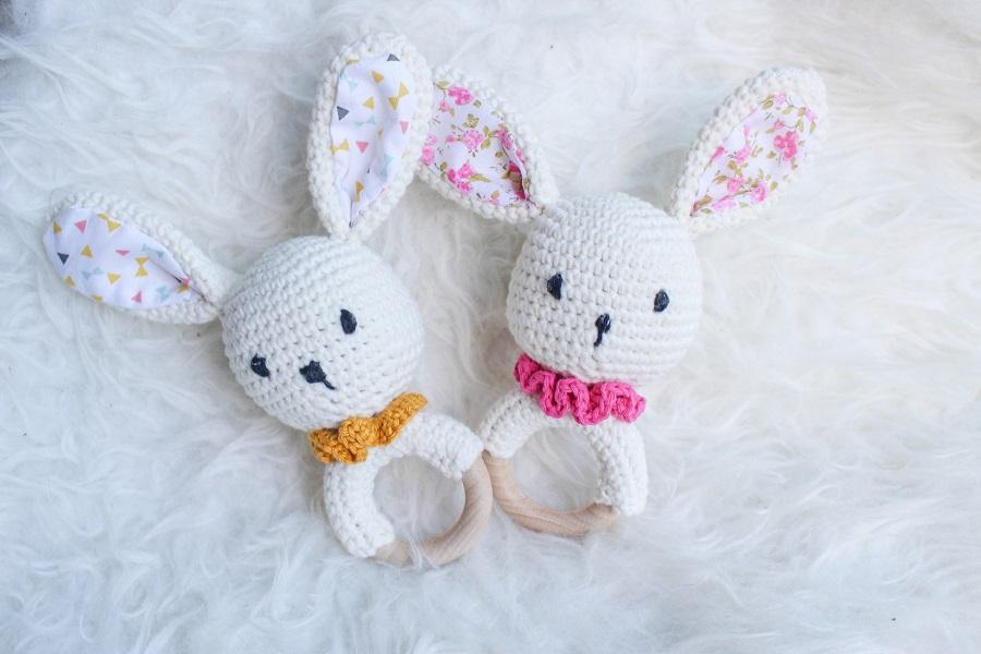 Deux hochets lapins réalisés au crochet