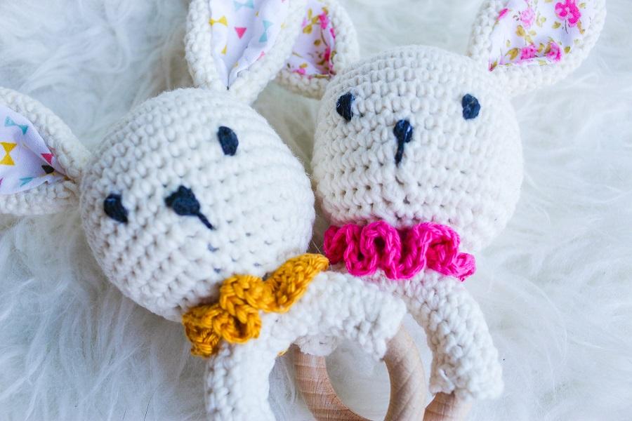 Hochets lapins dans les tons jaunes et les tons roses