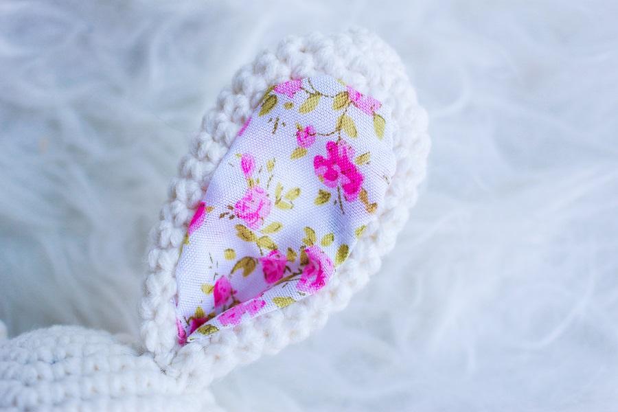Détail de l'oreille du hochet lapin dans les tons roses